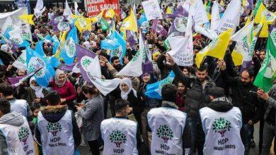 صورة أردوغان يقيل رؤساء بلديات ينتمون لحزب مؤيد للأكراد