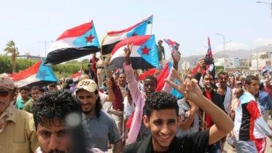 صورة آلاف اليمنيين في عدن يتظاهرون دعما للمجلس الإنتقالي الجنوبي