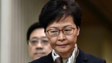 """صورة رئيسة حكومة هونغ كونغ تتهم المتظاهرين بـ""""السعي لتدمير"""" المدينة"""