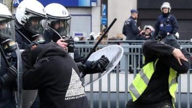 صورة الشرطة الفرنسية تعتقل العشرات خلال احتجاجات السترات الصفراء والمناخ بباريس