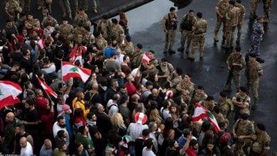 صورة المتظاهرون في لبنان يقطعون الطرق المؤدية إلى مجلس النواب