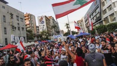 Photo de Des manifestants libanais célèbrent la chute du gouvernement