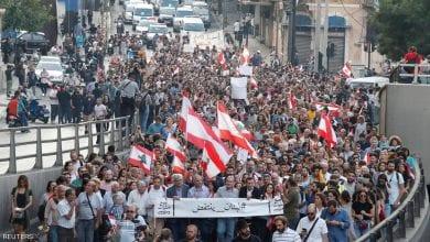 """صورة المتظاهرون اللبنانيون يطالبون بتسريع التكليف وترشيح رئيس """"نزيه"""" للحكومة"""