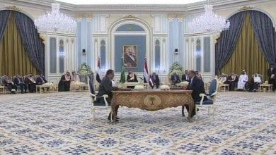 صورة توقيع اتفاق بين الحكومة اليمنية والمجلس الانتقالي الجنوبي في الرياض