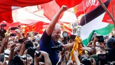 صورة بعد خروجه من السجن… الرئيس البرازيلي يعانق أنصاره بقبضة مرفوعة