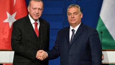 صورة أردوغان يتاجر مع أوروبا في قضة اللاجئين