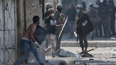 صورة قوات الأمن العراقية تحاول تفريق متظاهرين يحاصرون منازل مسؤولي قضاء الغراف