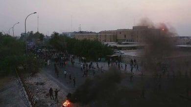 صورة المتظاهرون العراقيون يقطعون الطرق والجسور جنوب البلاد وينصبون خيام للاعتصام أمام حقل نفطي