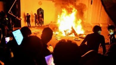صورة المتظاهرون في العراق يحرقون مقر القنصلية الإيرانية في النجف وسط تصاعد الاحتجاجات