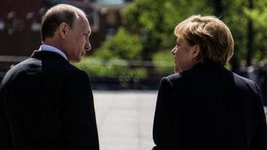 صورة بوتين وميركل يدعوان لتعزيز الجهود الدبلوماسية لحل الأزمة الليبية