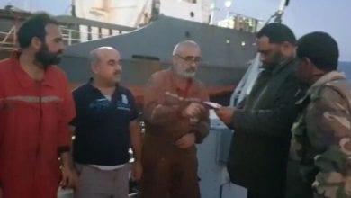 بعد أن حذر تركيا... الجيش الليبي يجر سفينة تركية للتفتيش ويعلن أسماء طاقمها