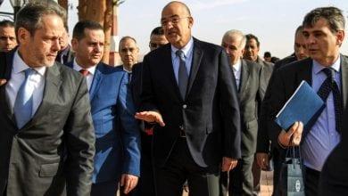 صورة وزير الخارجية اليوناني يلتقي نظيره المصري وقائد الجيش الليبي خليفة حفتر