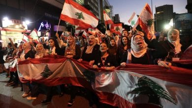 صورة متظاهرون في بيروت يطالبون بتغيير سياسي حقيقي في البلاد