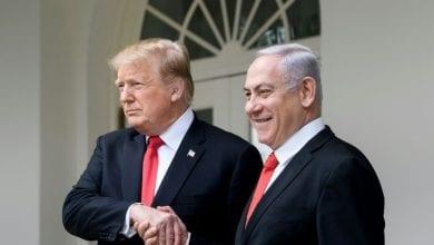 """Photo de Trump et Netanyahu profitent du """"deal du siècle"""""""