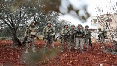 صورة مقتل عشرات الجنود الأتراك في غارة استهدفت رتلاً عسكرياً في ريف إدلب