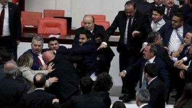 صورة أزمة سياسية كبيرة بين أردوغان والمعارضة التركية بسبب الغزو في سوريا وليبيا