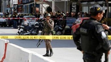 صورة تونس: مقتل إرهابيين وإصابة 5 عناصر أمن جراء هجوم انتحاري قرب السفارة الأميركية