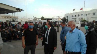 صورة فيديو: مئات التونسيين العالقين في الجانب الليبي يقتحمون الحدود إلى تونس