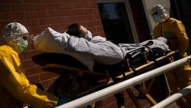 صورة باحثون: يجب فهم سبب ظهور إصابات كورونا قبل اتخاذ قرار رفع الإغلاق