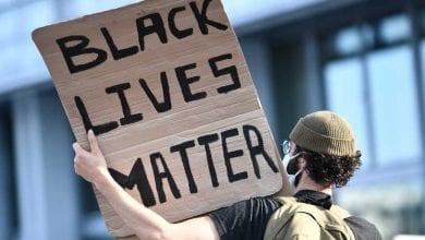 صورة الآلاف يتظاهرون ضد العنصرية في باريس وسيدني وستوكهولم