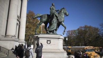 صورة إزالة تمثال يرمز إلى التوسع الاستعماري والتمييز العنصري لثيودور روزفلت