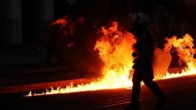 صورة المتظاهرون في اليونان يهاجمون السفارة الأمريكية احتجاجاً على مقتل فلويد