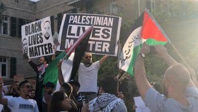 صورة الفلسطينيون يواصلون احتجاجاتهم ضد جريمة إعدام الحلاق على أيدي شرطة الاحتلال