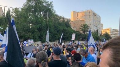 صورة متظاهرون إسرائيليون يطالبون باستقالة نتنياهو على خلفية عملية اعتقال سياسي