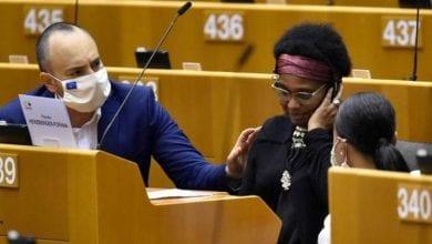 صورة نائبة في البرلمان الأوروبي تتعرض لاعتداء عنصري من الشرطة البلجيكية