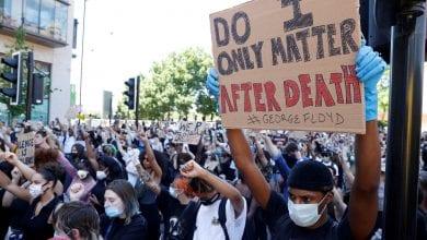 صورة مواجهات بين الشرطة البريطانية ومتظاهرون ضد العنصرية