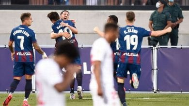 Photo of Sevilla cedes late lead in draw with Levante