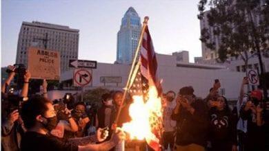صورة متظاهرون يحرقون العلم الأمريكي أمام البيت الأبيض