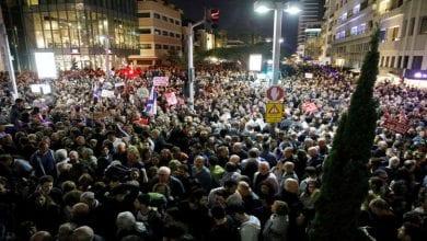 صورة رئيس الوزراء الإسرائيلي بين فكّي القضاء وآلاف المتظاهرين