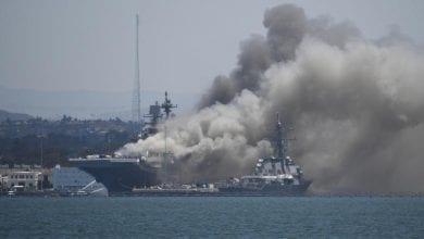 صورة سفينة حربية أمريكية تحترق واصابة عدد من البحارة على متنها