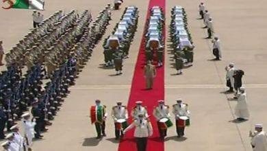 صورة الرئيس الجزائري وحرس الشرف يستقبلون رفات المقاتلين ضد الاستعمار الفرنسي