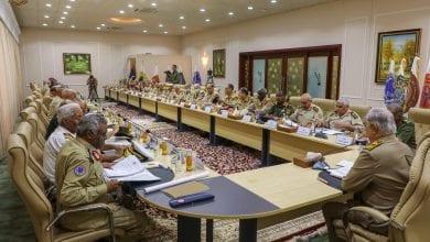 صورة حفتر يجتمع مع رؤساء أركان الجيش الليبي