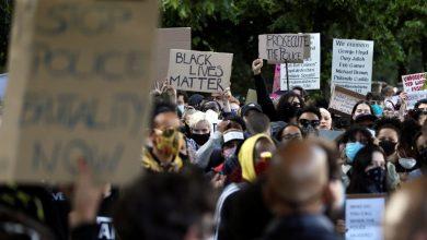 صورة يوم آخر من الاحتجاجات ضد القتل العنصري في مدينة فيلادلفيا الأمريكية
