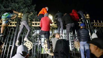 صورة محتجون يقتحمون مبنى الرئاسة والبرلمان في قرغيزستان