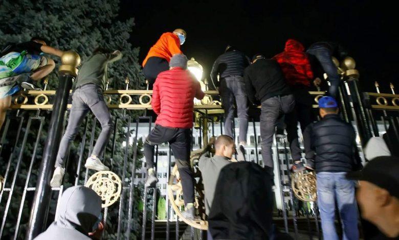 محتجون يقتحمون مبنى الرئاسة والبرلمان في قرغيزستان