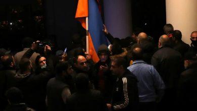 متظاهرون غاضبون مقر الحكومة في عاصمة أرمينيا
