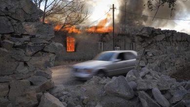 صورة الأرمن يحرقون بيوتهم قبل تسليمها لأذربيجان