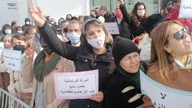 صورة برلماني إخونجي يدهس متظاهر بسيارته أمام مقر البرلمان التونسي