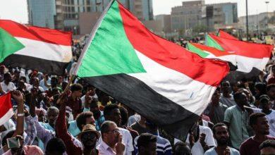 صورة آلاف السودانيين يطالبون بتنحي السلطة الانتقالية وتشكيل برلمان ثوري