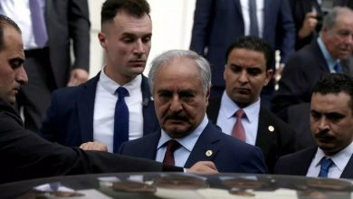 صورة حفتر يضع أنقرة بين خياري الخروج من ليبيا سلماً أو حرباً