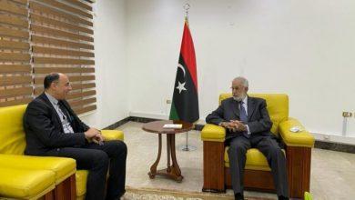 صورة اجتماع يناقش ترتيبات فتح السفارة المصرية في طرابلس