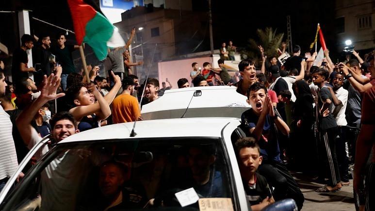 الفلسطينيون يحتفلون بوقف إطلاق النار