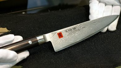 Un homme armé d'un couteau